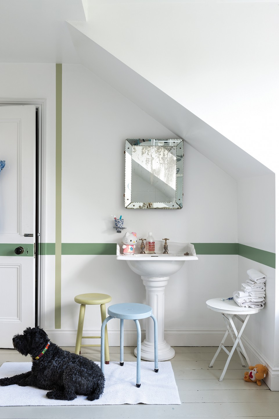squarerooms-white-green-bathroom